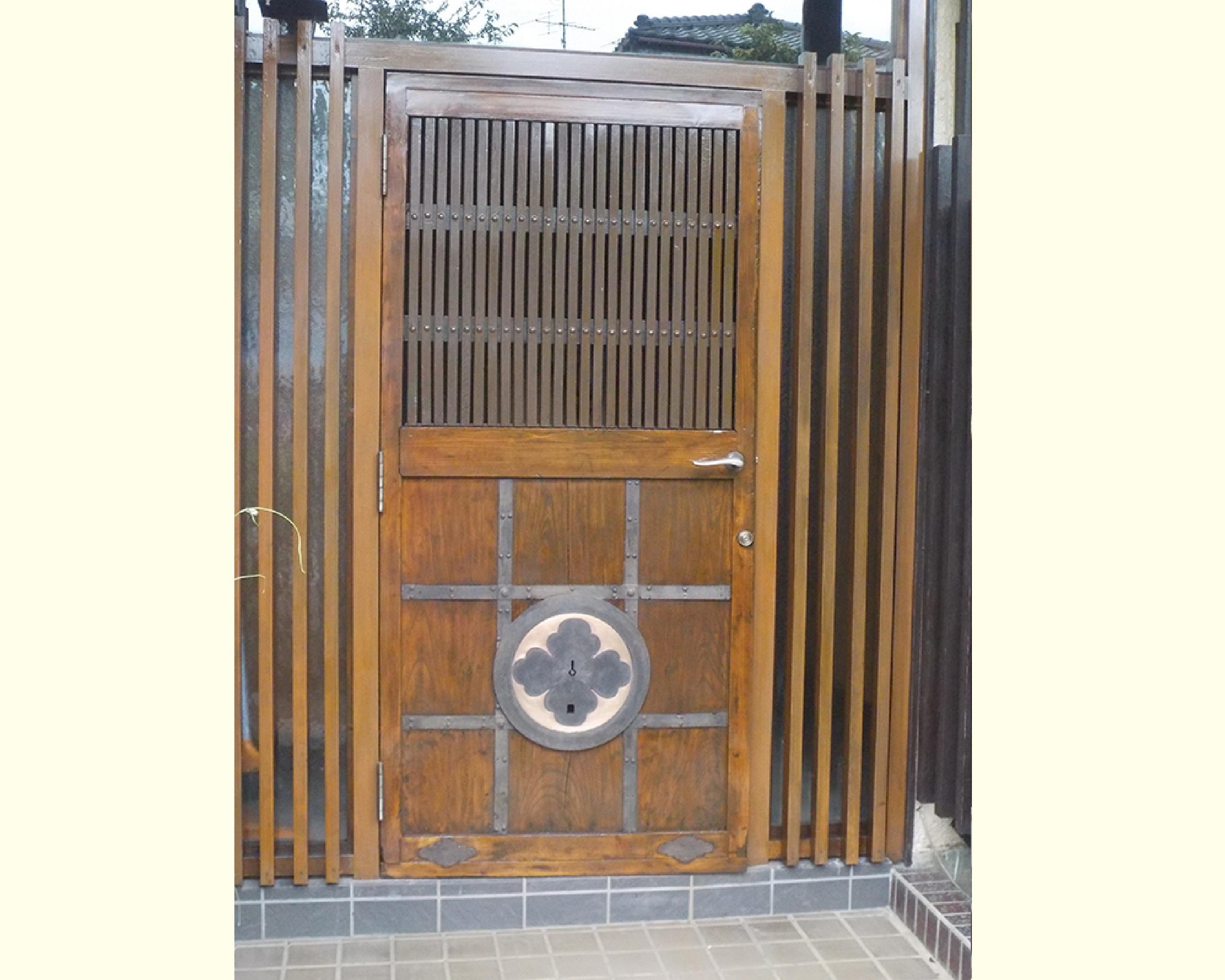 蔵の扉を思わせる玄関ドアのリフォーム(神奈川県相模原市)